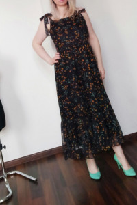 Sukienka midi wiązana na ramiączkach z elementami kwiatów...