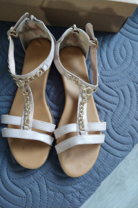 Śliczne sandałki 39