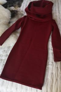 Bordowa sukienka na zimę z kapturem...