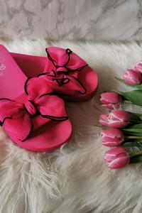 różowe klapki z kokardą...