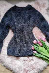 czarny włochaty sweter Calliope...