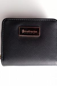 Czarny portfel stradivarius...