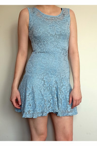 Niebieska sukienka koronka
