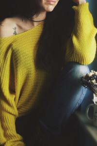 Cienki żółty sweterek oversize