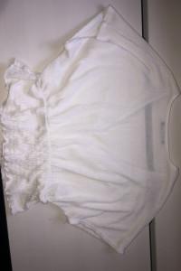 biała bluzka z krótkim rękawem...
