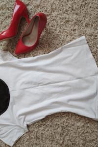 biała bluzka ze skórzaną wstawką i siateczką z tyłu...