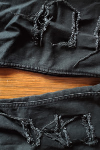 czarne spodnie rurki z dziurami