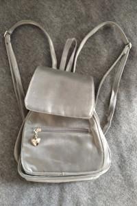 Srebrny plecaczek z wieloma kieszonkami...