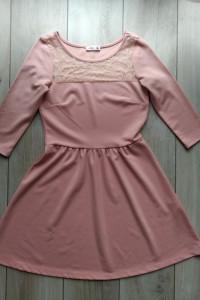 Różowa pastelowa rozkloszowana sukienka z koronką Sinsay M...