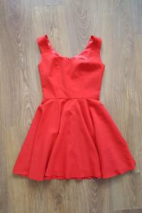 Czerwona sukienka z dekoltem w serce...