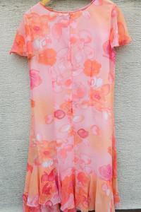 Pastelowa sukienka z asymetrycznymi falbankami...