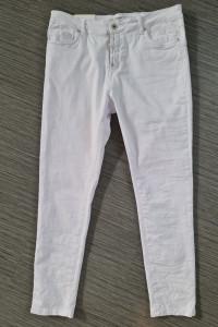 Białe spodnie w rozmiarze XL...