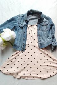 Sukienka dresowa dzianinowa letnia w groszki grochy kropki h&m urocza pudrowy róż rozkloszowana zwiewna