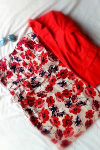 Sukienka mini elegancka letnia koktajlowa w kwiaty maki bez ramiączek z baskinką dekolt serce