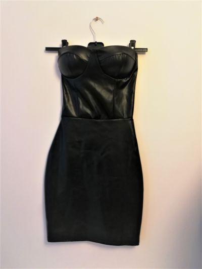 Suknie i sukienki Czarna dopasowana sukienka z ekoskóry Femme Luxe