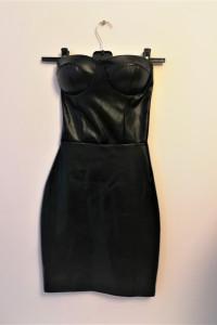 Czarna dopasowana sukienka z ekoskóry Femme Luxe...