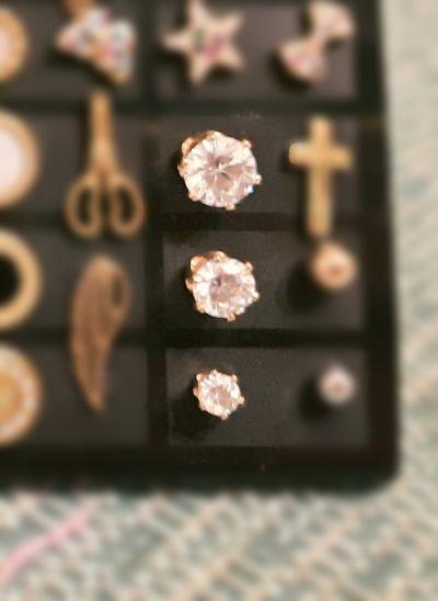 Kolczyki Kolczyki sztyfty wkręty białe kryształy kolor złoty średnica 4mm 6mm 8mm stal chirurgiczna 316L Xuping