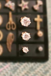 Kolczyki sztyfty wkręty białe kryształy kolor złoty średnica 4m...