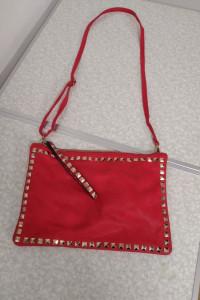 Czerwona torebka z ozdobnym przodem...