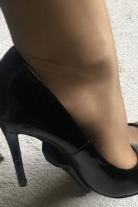 Seksowne czarne szpilki noszone