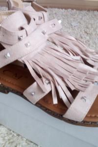 Beżowe sandały z frędzlami 36