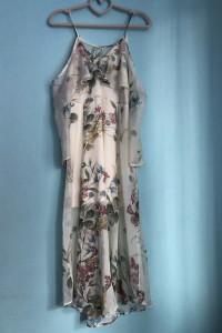 Sukienka z wycięciami na ramionach w kwiaty...