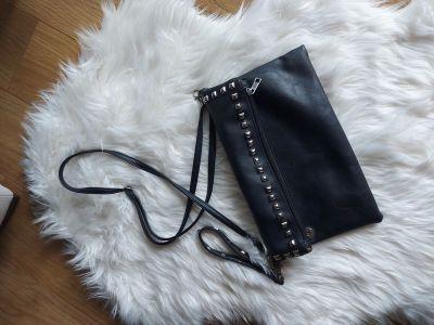 Torebki na co dzień Czarna skórzana torebka listonoszka ćwieki