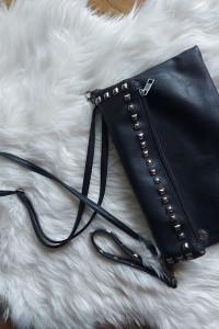 Czarna skórzana torebka listonoszka ćwieki