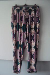 spodnie w kolorowe wzorki