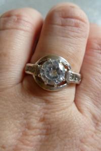 srebrny pierścionek z cyrkonią i cyrkoniami po bokach