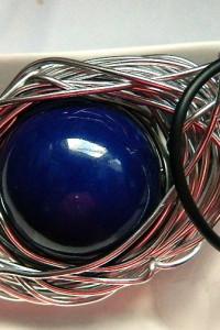 Kobaltowa kula porcelana w drucie metaloplastyka wisior
