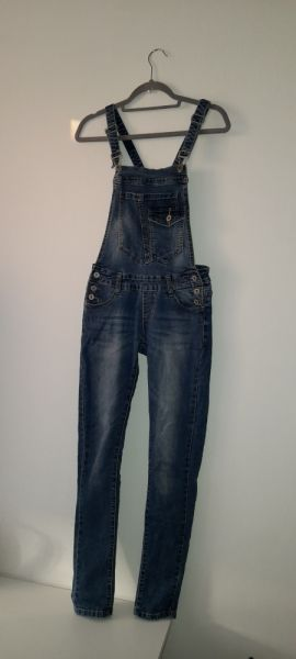 Kombinezony Niebieskie jeansowe ogrodniczki rurki skinny 34