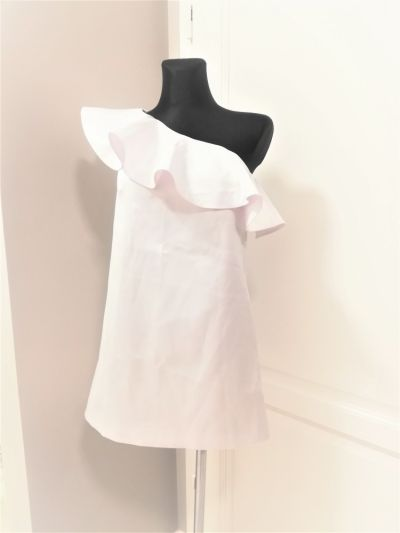 Suknie i sukienki Biała satynowa sukienka na jedno ramię z falbaną Mohito