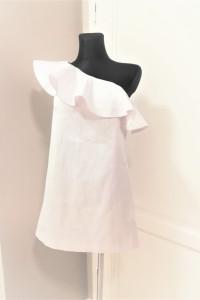 Biała satynowa sukienka na jedno ramię z falbaną Mohito