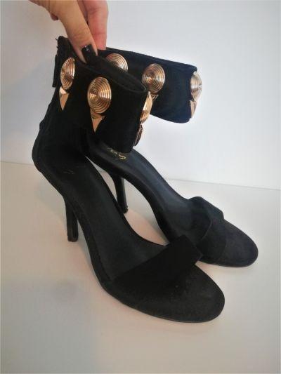 Szpilki Czarne włoskie sandałki na szpilce ze złotymi elementami