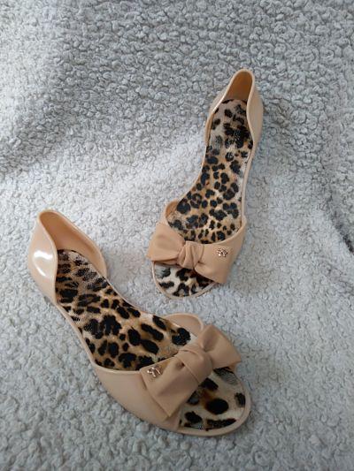 Sandały Gumowe sandałki nude z kokardką 38