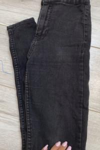 Czarne jeansy rurki z wysokim stanem...