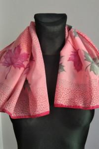 Mała kwadratowa różowa chusta apaszka w liście róż zieleń