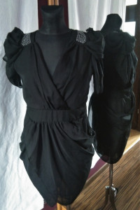 Czarna oryginalna sukienka z cyrkoniami bufiaste rękawy bufy cyrkonie