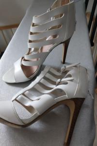 Sandałki białe na obcasie...