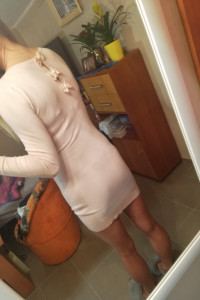 Sweterkowa sukienka z kokardkami pudrowy róż...