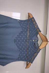 Błękitna sukienka z ozdobną koronka