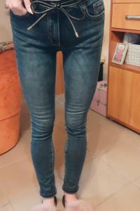 Klasyczne granatowe jeansy rurki...
