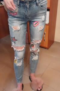 Jeansy rurki z rozdarciami i naszywkami...