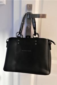 Czarna klasyczna torebka kuferek Michael Kors...