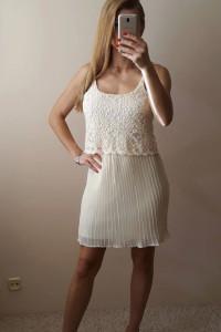 Zwiewna sukienka z plisowanym dołem M...