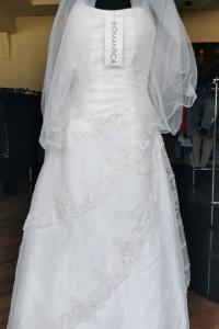 Sukienka ślubna z welonem...