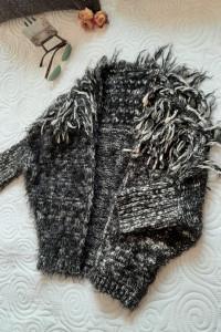 sweter z włoskiem i frędzlami S...