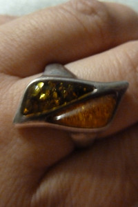 pierścionek srebrny z bursztynami