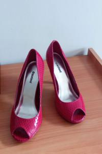 czerwone buty na platformie...